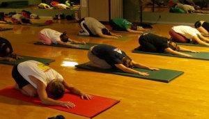 Egyretöbben gyakorolják a jógát