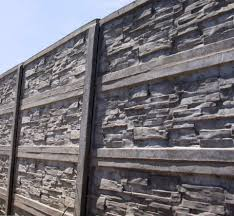 A védelmet nyújtó betonkerítés